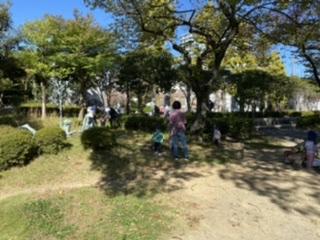 土と触れ合う(エコエデュ公園自然遊び)