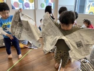 新聞を使った、とても大胆且つ効果的な遊び